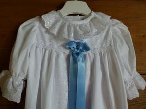 Dopklänning med blått band
